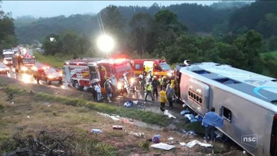 Ônibus com jovens tomba na BR-470 em Pouso Redondo e deixa feridos