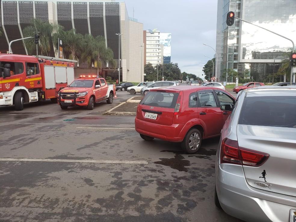 Local onde ocorreu batida entre carros na W3 Sul — Foto: Reprodução/Corpo de Bombeiros