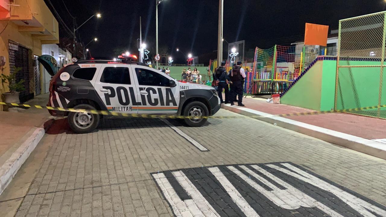 Homem é morto a tiros na frente do pai, do avô e do filho em praça na Grande Fortaleza