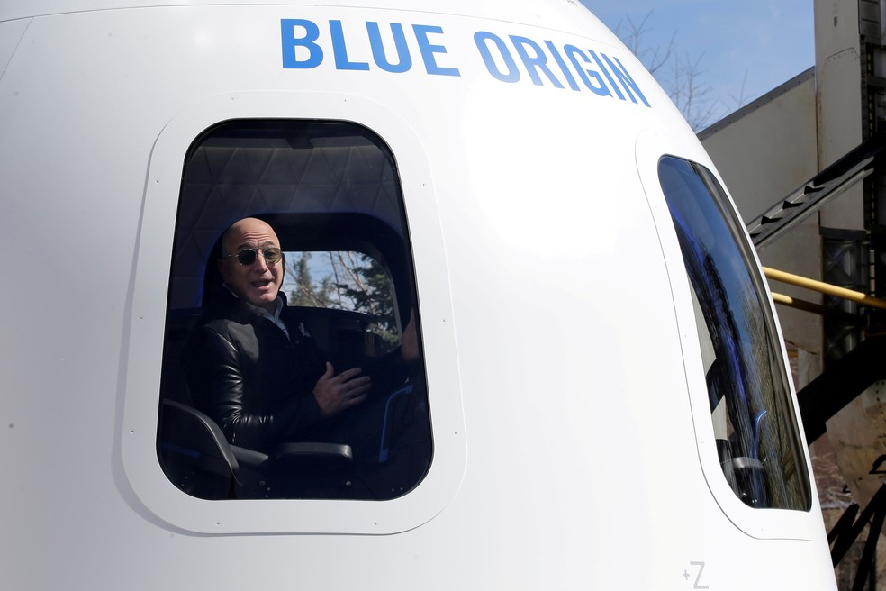 Jeff Bezos, fundador da Blue Origin, dentro de cápsula New Shepard — Foto: Isaiah J. Downing/Reuters