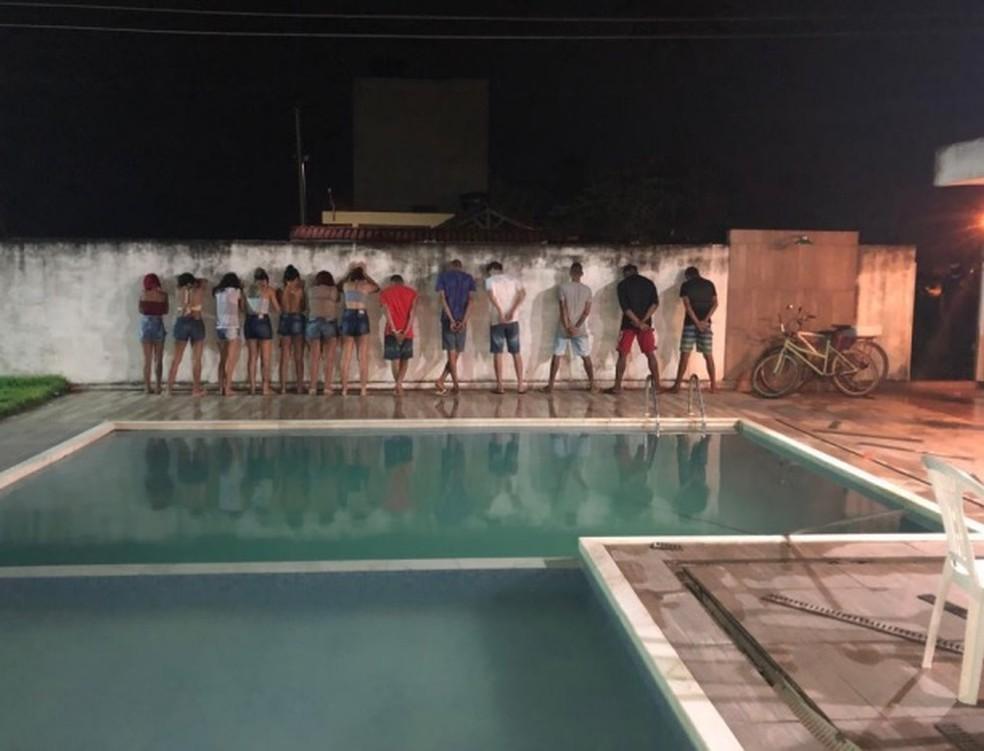 Polícia prendeu suspeitos de tráfico e homicídios durante festa em casa com piscina, em Serrambi, em Ipojuca, no Grande Recife  — Foto: Polícia Civil/Divulgação