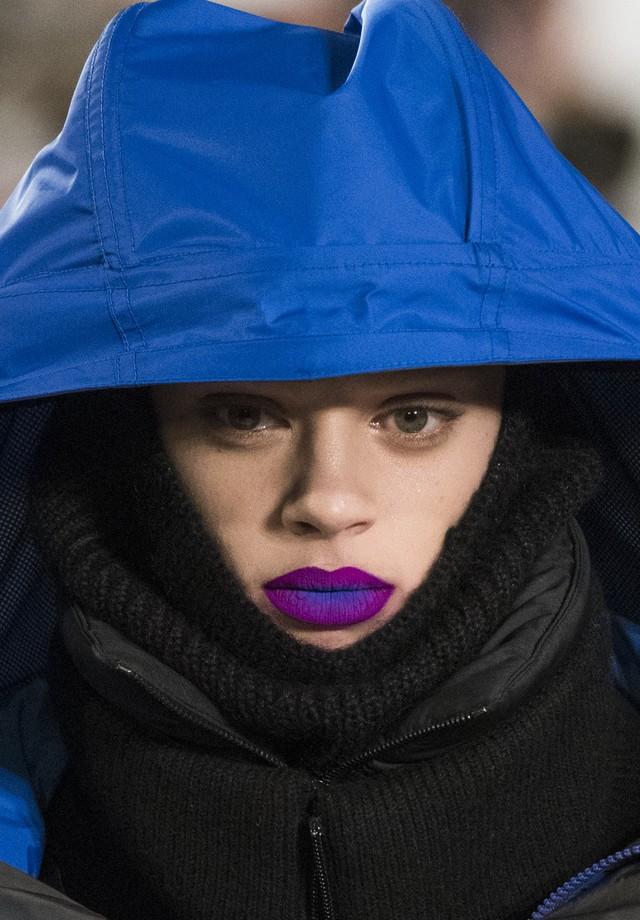 Boca tudo, olho nada: a boca degradê que lembra uma pétala de violeta, no desfile de inverno 2018 da Maison Margiela: lance mão dos pigmentos! (Foto: Imaxtree)