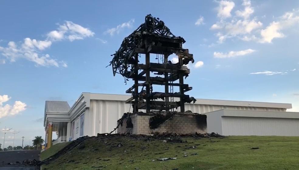 Estátua da Havan em São Carlos fica totalmente destruída após pegar fogo  — Foto: Reprodução EPTV