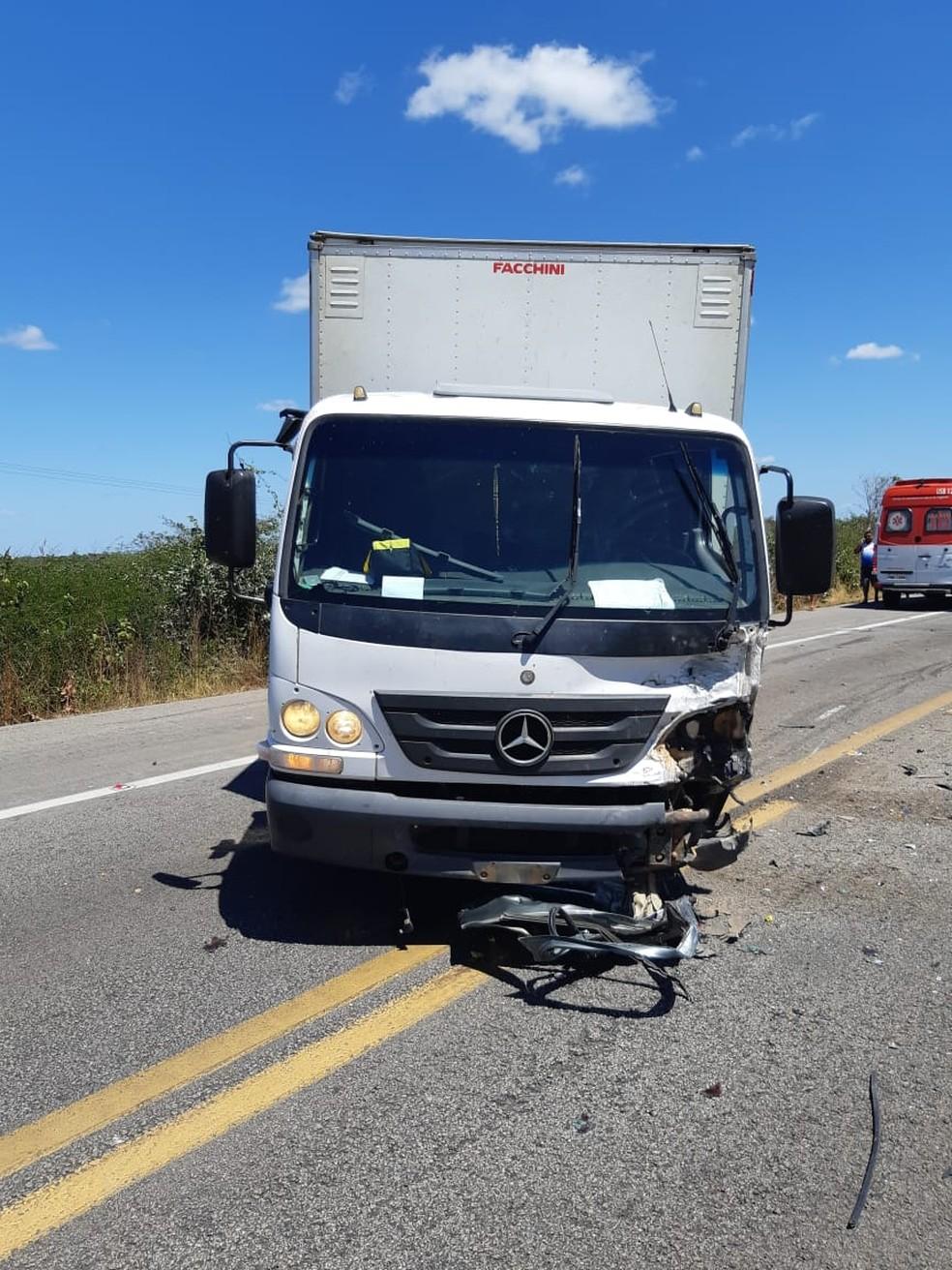 O condutor do caminhão não sofreu ferimentos — Foto: Divulgação/ Polícia Rodoviária Federal do Ceará (PRF-CE)