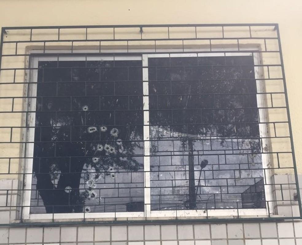 Marcas de bala em janelas da Sejus, em Fortaleza; homens atacaram o prédio na madrugada deste sábado (24). (Foto: Alana Araújo/TVM)