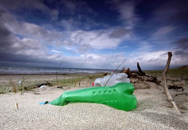 oceano, praia, lixo, plástico, poluição, plástico no oceano, praia (Foto: Christopher Furlong/Getty Images)