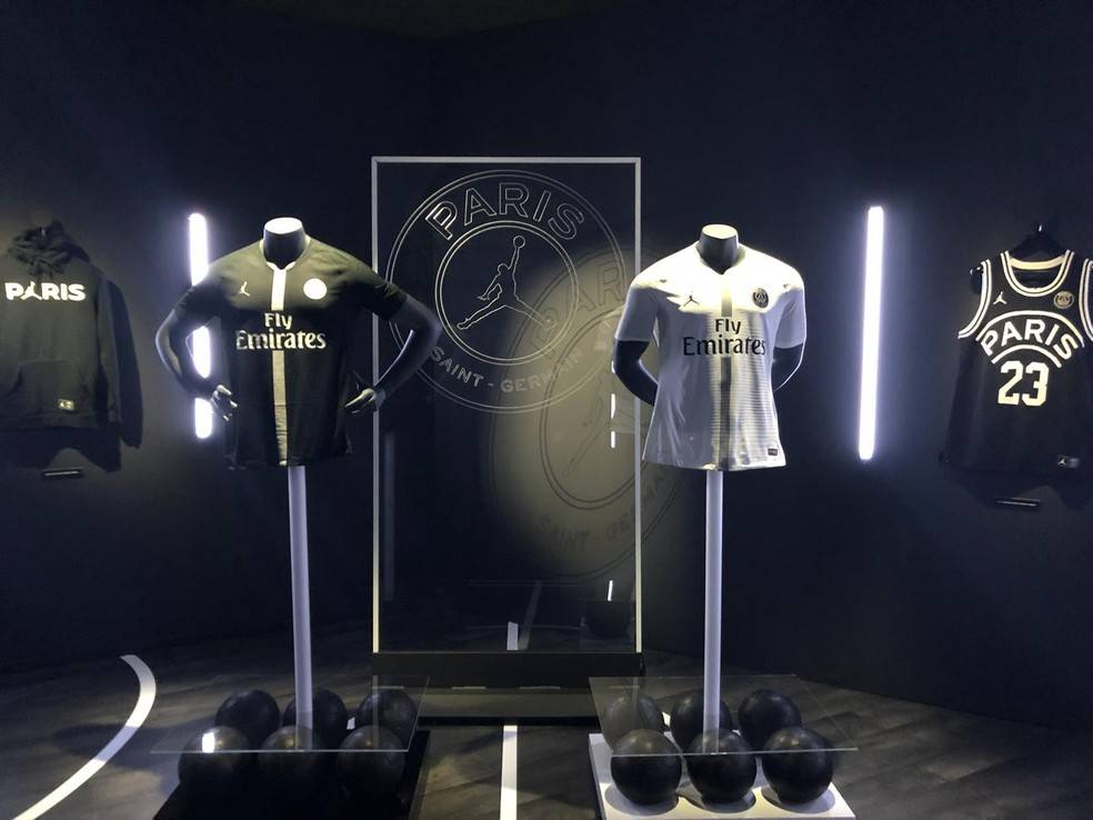 Novas camisas do Paris Saint-Germain para a disputa da Liga dos Campeões — Foto: Tiago Leme/GloboEsporte.com