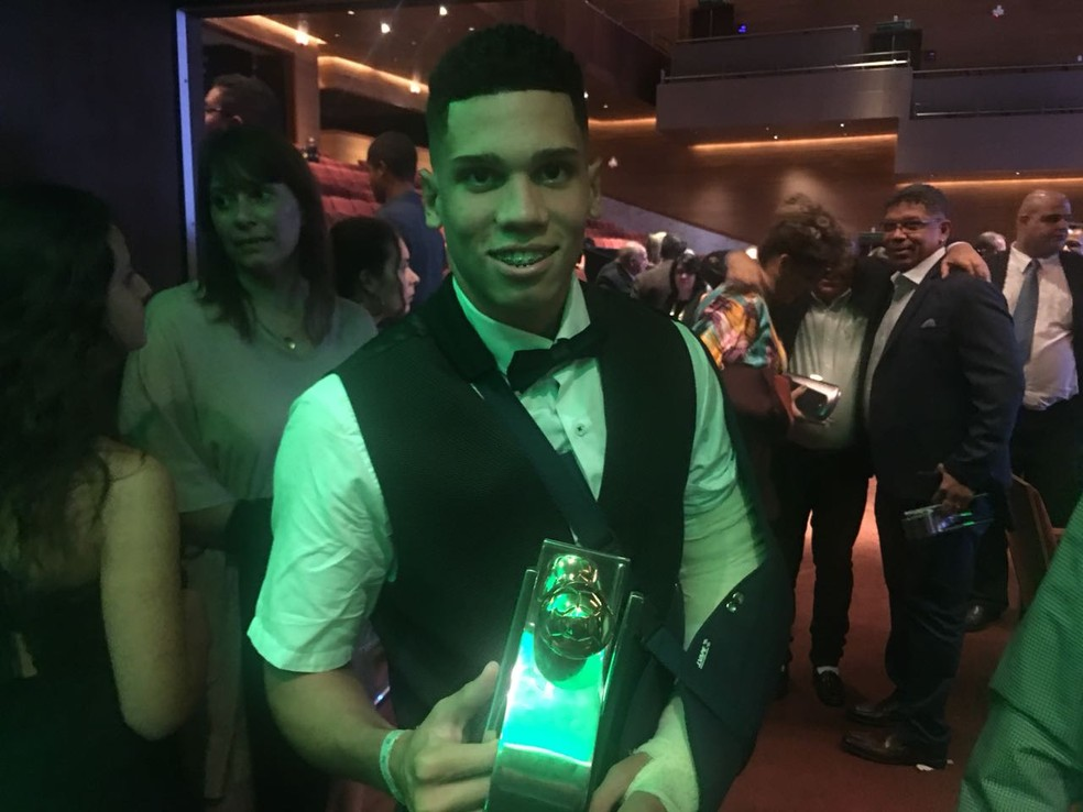 Paulinho com prêmios do Cariocão: jovem foi craque e revelação (Foto: Giba Perez/GloboEsporte.com)