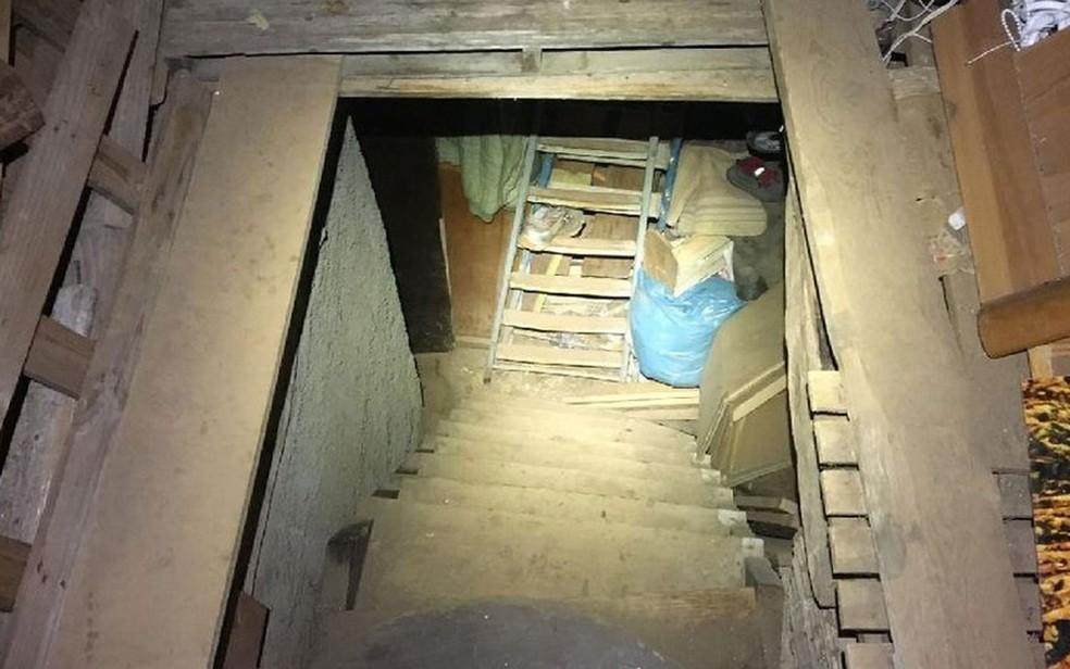 Romena de 29 anos foi encontrada pela polícia italiana trancada a chave em um porão sem água, luz elétrica ou sistema de esgoto (Foto: BBC/Polícia italiana)