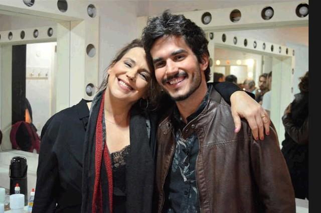 Ana Beatriz Nogueira e o apresentador Bruno Barros na nova temporada de 'Atos' (Foto: Divulgação)