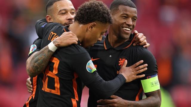 Malen, Depay e Wijnalum comemoram um dos gols da Holanda sobre a Macedônia do Norte