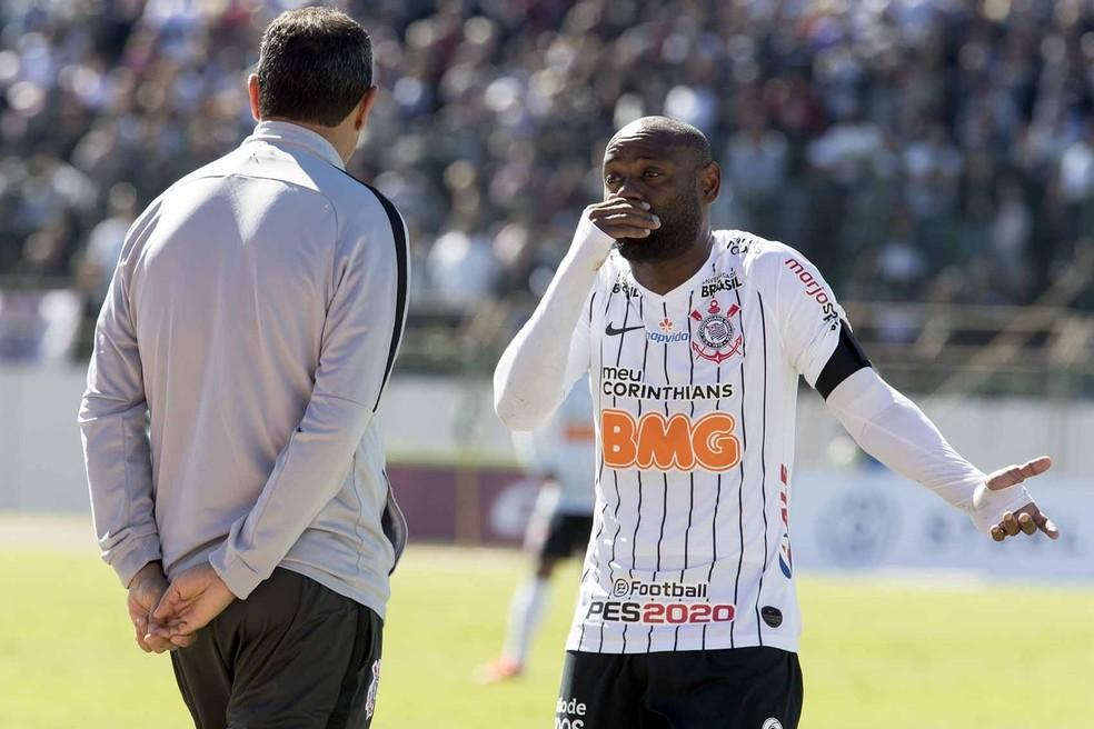 Vagner Love e Carille conversam durante jogo do Corinthians — Foto: Daniel Augusto Jr/Ag. Corinthians