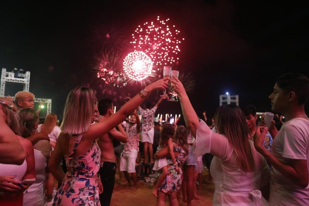 Público brinda à chegada de 2019 no Aterro da Praia de Iracema, em Fortaleza. — Foto: Helene Santos/ Diário do Nordeste