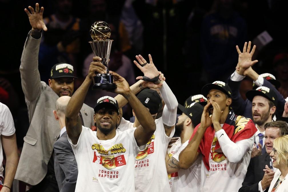 MVP da final, Kawhi Leonard levanta o troféu de campeão — Foto: Lachlan Cunningham/Getty Images