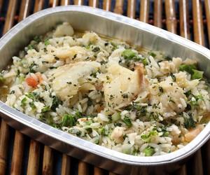 Arroz de bacalhau com legumes: refeição completa em uma receita