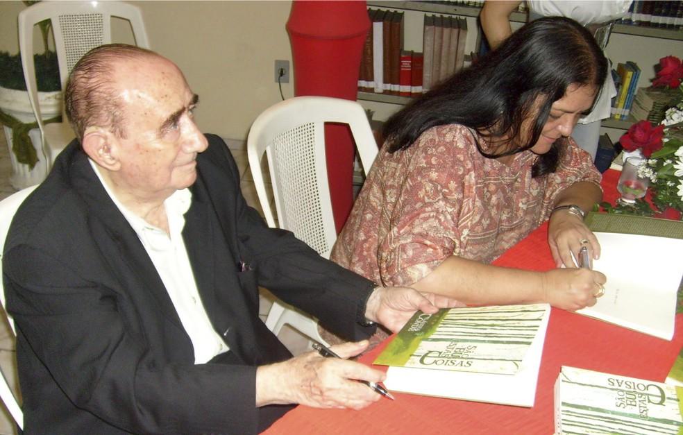 A Professora Cláudia Condé ao lado de Antônio Olinto no lançamento da 1ª edição do livro ?São eu, estas coisas?, em 2009. ? Foto: Arquivo Núcleo de Comunicação Fagoc