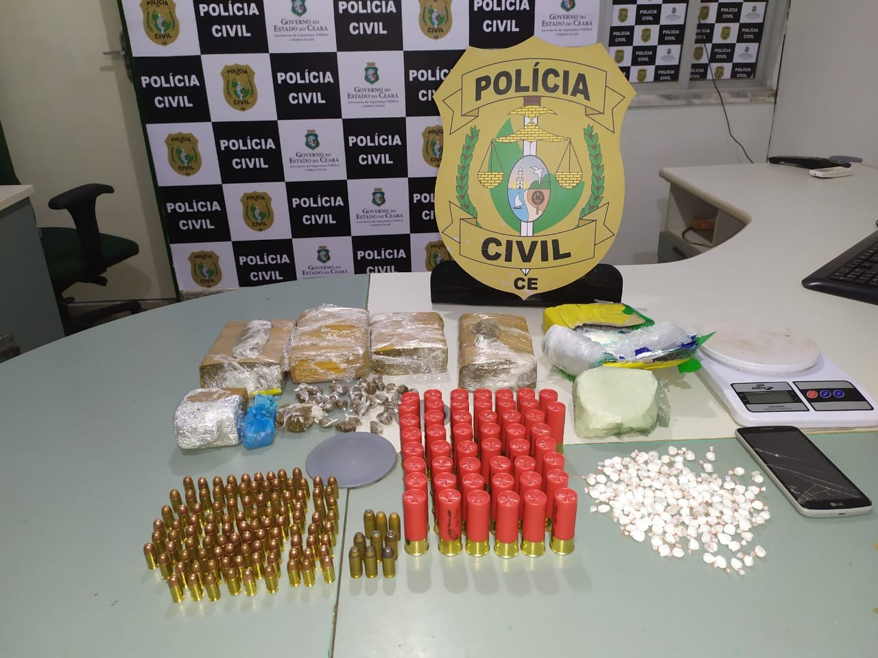 Polícia Civil apreende drogas e mais de 150 munições em residência no Jangurussu, em Fortaleza