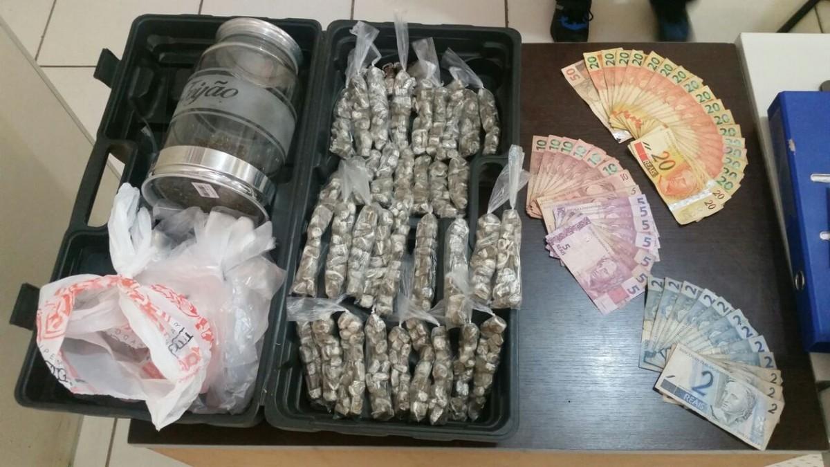 Suspeito de tráfico é preso com porções de maconha e dinheiro