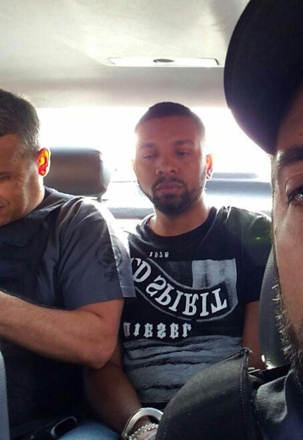 Delegado criticou as selfies pouco depois de ele mesmo tirar uma foto em que 157 aparece no banco de trás do carro (Foto: Reprodução)