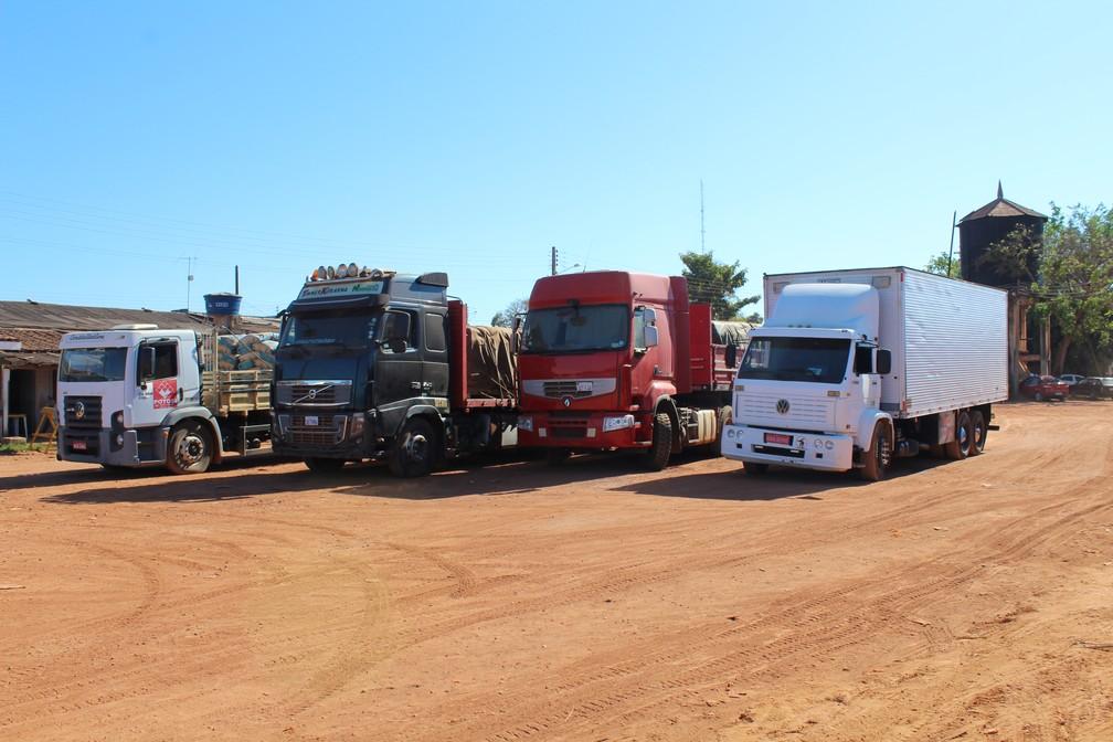 Veículos estão parados no Porto Oficial há vários dias, aguardando liberação da Aduana  (Foto: Júnior Freitas / G1 RO )
