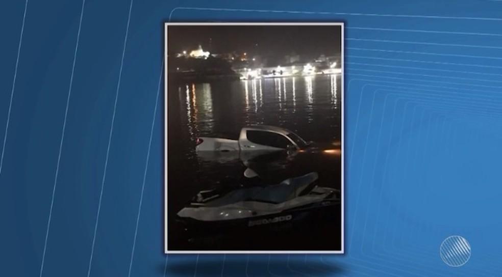 Carro caiu na Baía do Pontal após motorista perde controle da direção em manobra (Foto: Reprodução/ TV Santa Cruz)