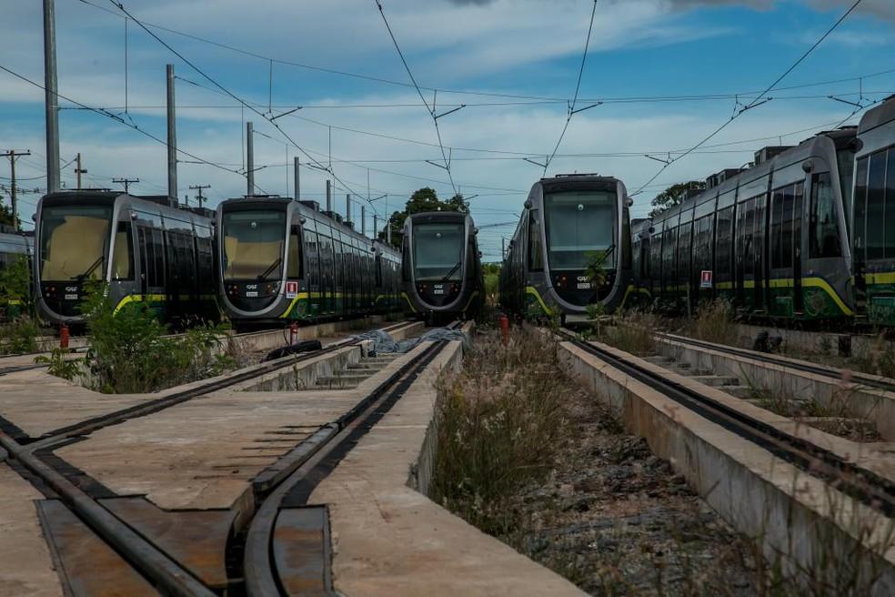 Vagões do VLT enferrujam enquanto a população enfrenta problema no transporte coletivo — Foto: Gcom-MT
