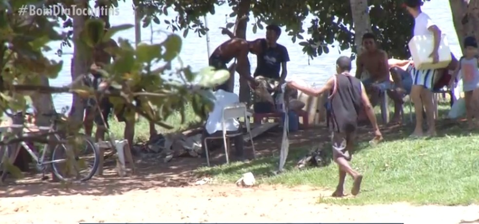 Moradores se aglomeraram em praia — Foto: Reprodução/TV Anhanguera