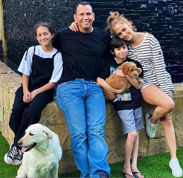 A cantora Jennifer Lopez com o noivo, Alex Rodriguez, os dois filhos, e o filhote adotado pela família (Foto: Instagram)