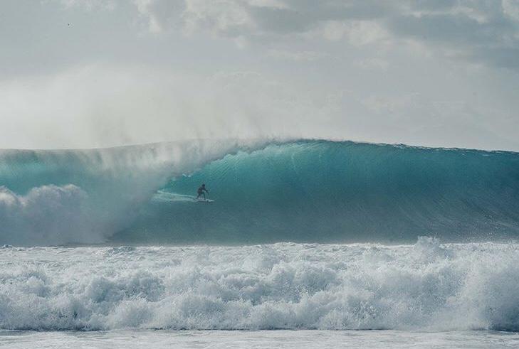 Kayu Vianna surfa uma das maiores ondas já fotografadas na Indonésia