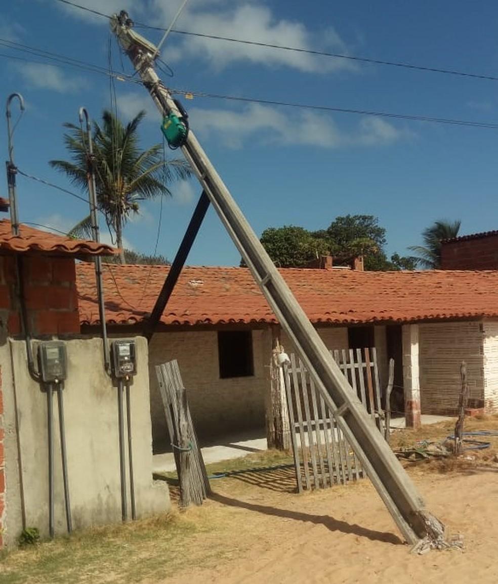 Madeira foi colocada para segurar poste com risco de cair sobre casa de morador — Foto: Divulgação
