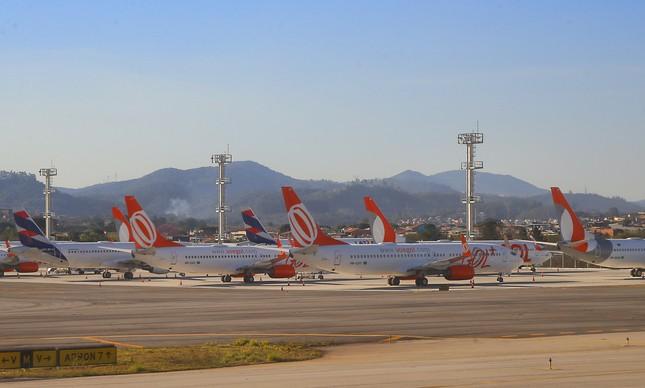 Aviões estacionados no aeroporto de Guarulhos