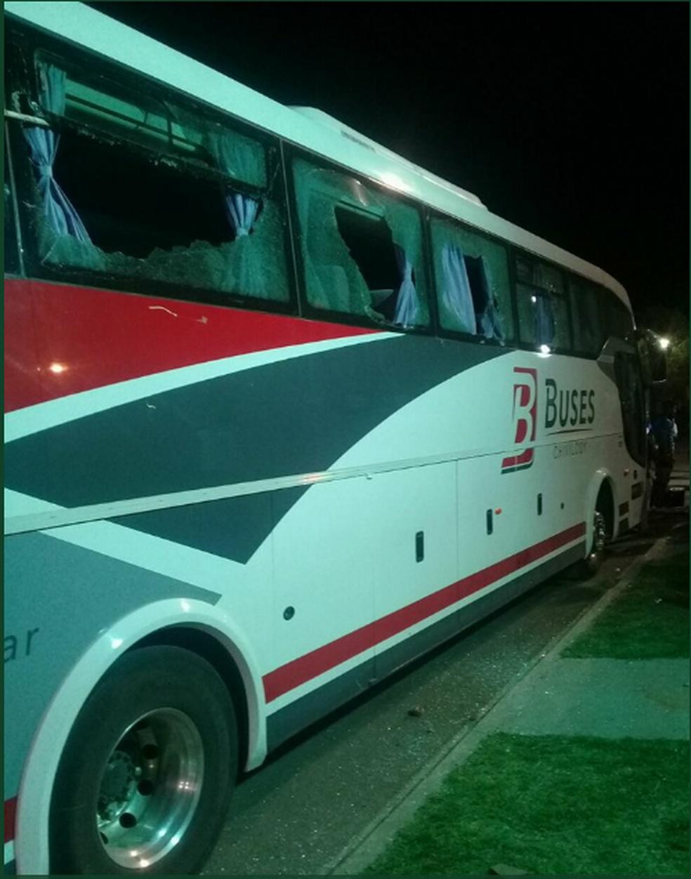 Ônibus que levava arbitragem é apedrejado na Argentina (Foto: Reprodução/Twitter)