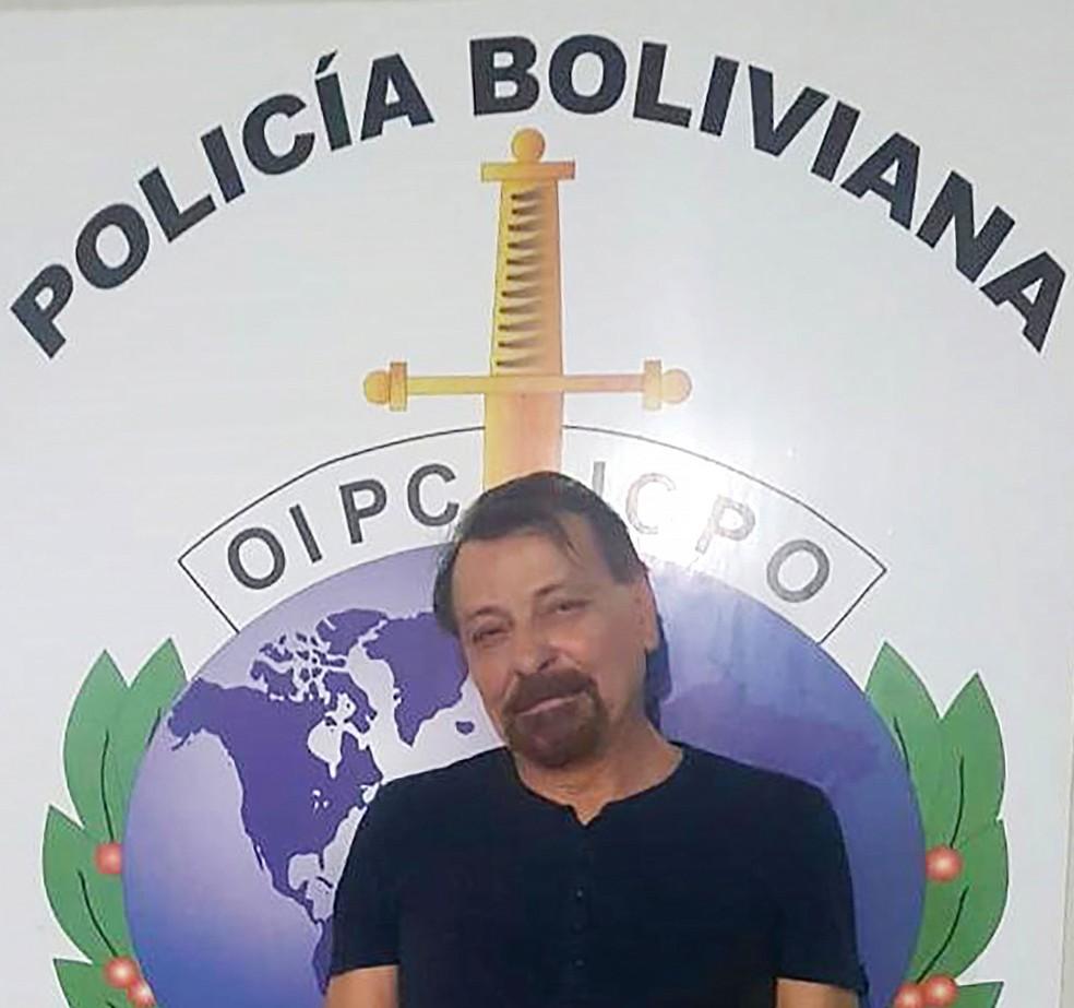 Foto mostra italiano Cesare Battisti após ser preso na Bolívia — Foto: Bolivian Police / AFP