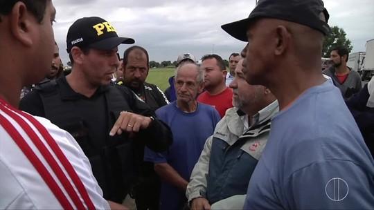 Moradores em Campos, RJ, se mobilizam e doam alimentos para caminhoneiros às margens da BR-101