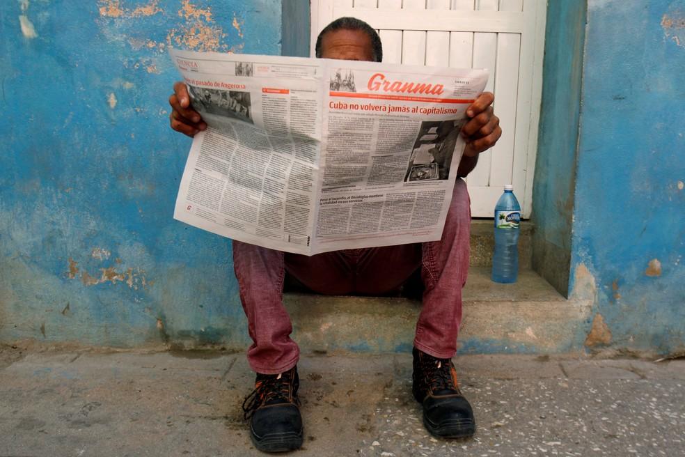 Homem lê o jornal estatal Granma em Havana (Foto: REUTERS/ Stringer)
