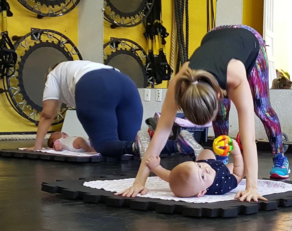 Mães tem contato com os bebês durante toda atividade em São Carlos (Foto: Ana Marin/EPTV)