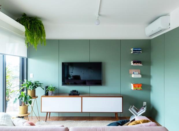 O painel de Fórmica cumpre diversas funções: é painel para a TV, camufla a porta do lavabo e envolve o volume da área de serviço (Foto: Pedro Napolitano Prata/Divulgação)