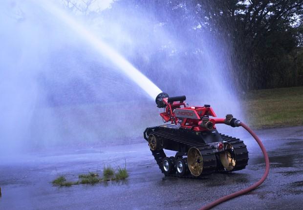 Unidroid é adaptado para aguentar o ambiente de um incêndio e suportar temperaturas de até 600°C, com capacidade de dispersar 8 mil litros de água por minuto (Foto: Reprodução/Facebook/Unidroid - Robô de Combate a Incêndios)