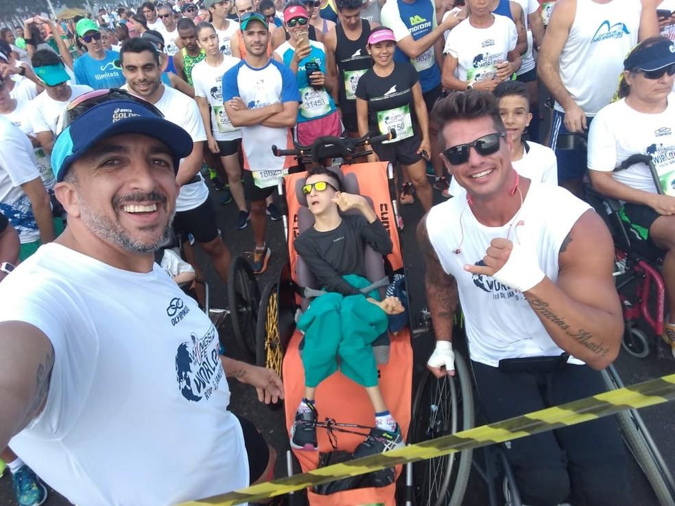 Rodrigo e Gabriel ao lado do paratleta Fernando Fernandes, embaixador do evento no Brasil, pouco antes da largada da Wings for Life do ano passado — Foto: Acervo Pessoal