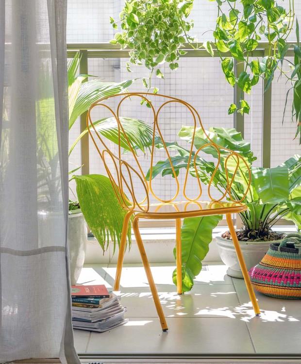 VARANDA | Cadeira Bamboo,assinada pela italiana Alessandra Baldereschi, da Novo Ambiente. Cesto da Arquivo Contemporâneo. Cortina em linho da Selleto Home (Foto: André Nazareth/ Divulgação)