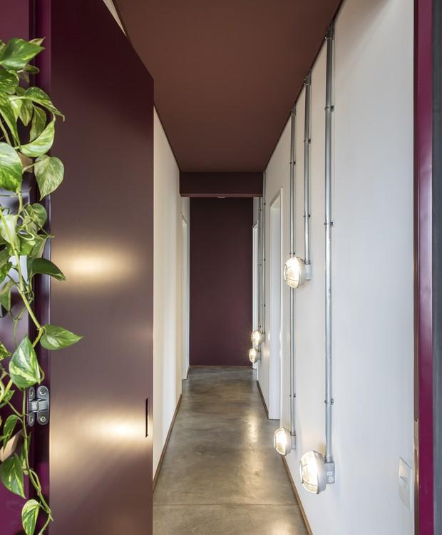O mesmo tom de grená ocupa a porta de passagem para a área íntima e o forro do teto (Foto: Maira Acayaba/Divulgação)