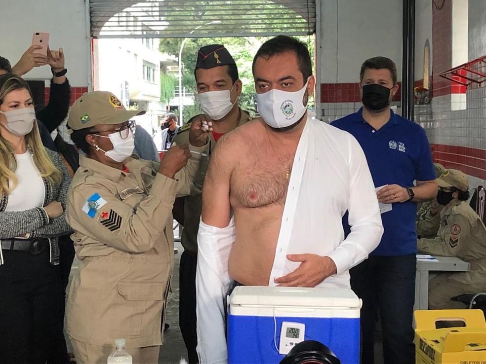 Governador Claudio Castro toma a primeira dose da vacina contra a Covid — Foto: Cristina Boeckel / G1