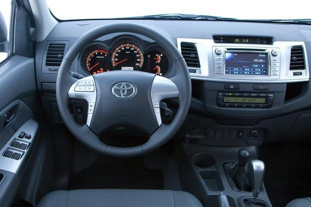 Central multimídia da Hilux tem câmera de ré e navegador GPS (Foto: Divulgação)