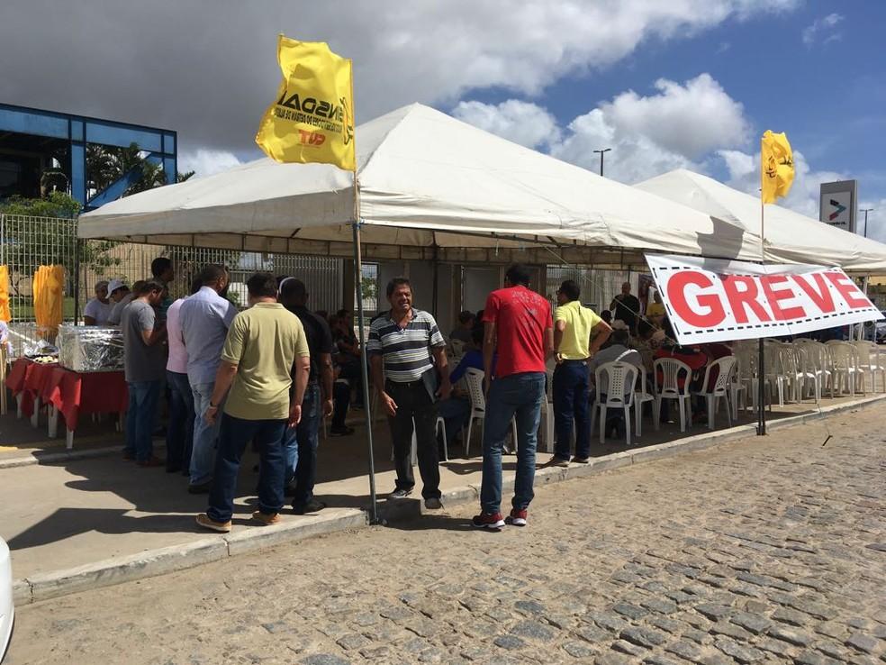 Funcionários do Detran Alagoas entraram em greve por termpo indeterminado; atendimento ao público está suspenso (Foto: Andréa Resende/G1)
