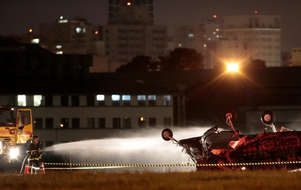Brigadistas fazem rescaldo após explosão de aeronave no Campo de Marte em São Paulo neste domingo (29) (Foto: Leonardo Benassatto/Reuters)