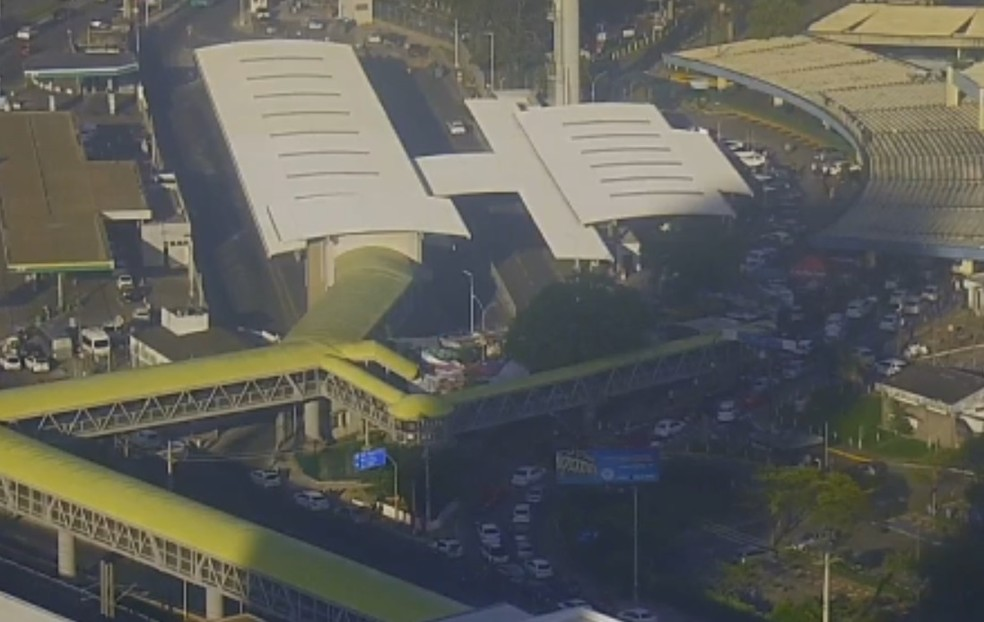 Trânsito congestionado na região da rodoviária com filas nesta sexta-feira — Foto: Reprodução/TV Bahia