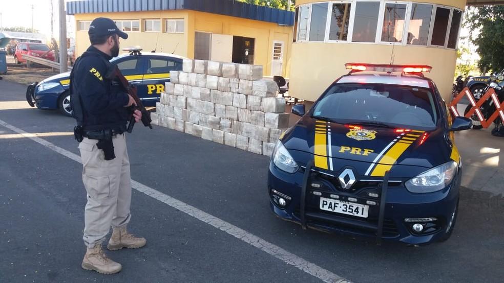 Carga de maconha encontrada em caminhão abordado em blitz no DF (Foto: Divulgação/PRF)