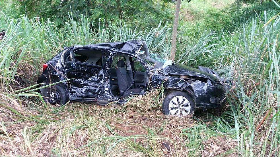-  Três passageiros morreram na hora após acidente entre carro e ambulância  Foto: Polícia Rodoviária Federal/Divulgação