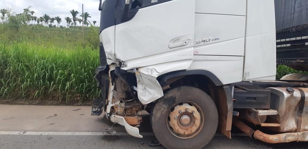 Carreta ficou com a parte dianteira destruída após o acidente — Foto: Divulgação/PRF