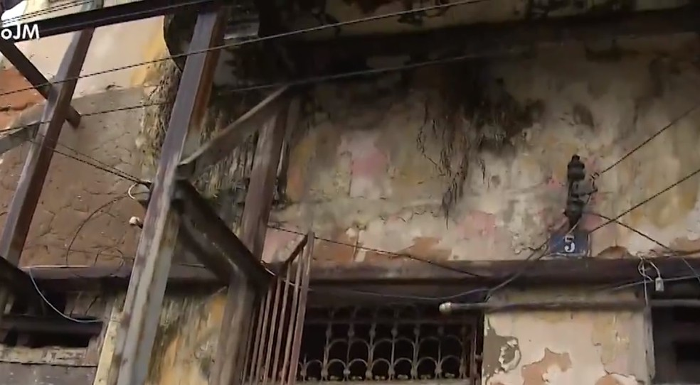 Nesta segunda, parte do telhado caiu no meio do imóvel, por volta de 5h. Duas crianças, quatro adultos e um idoso ficaram ilhados por conta do desabamento. — Foto: Adriana Oliveira / TV Bahia